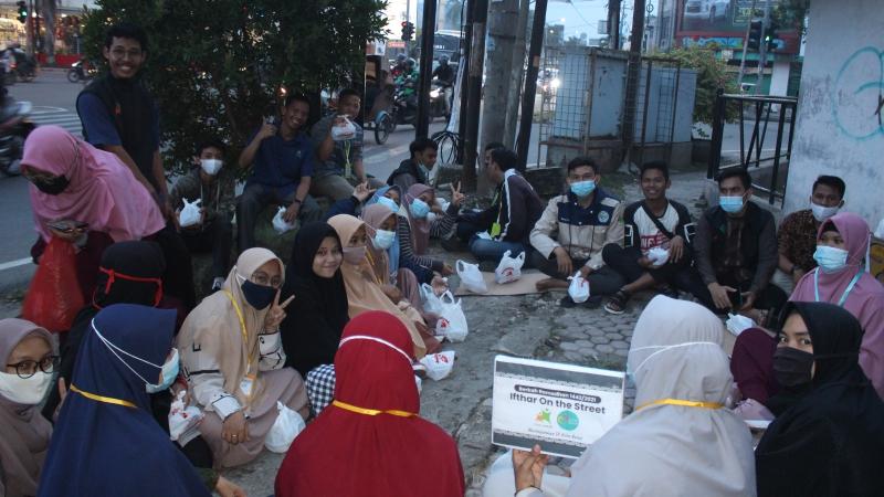 Relawan IOS Berbuka Di Pinggir Jalan